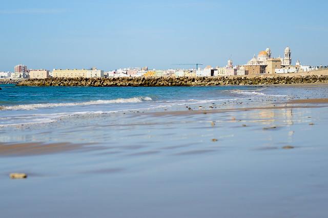 Catedral de Cádiz desde la Playa de la Victoria