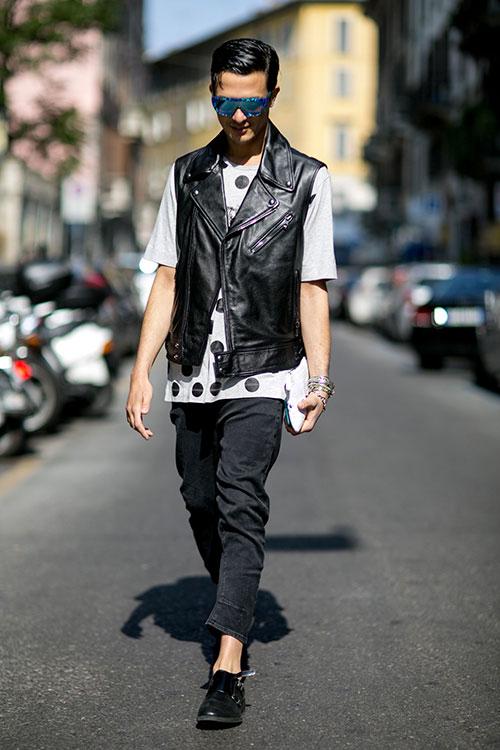 ノースリーブライダース×ドット柄Tシャツ×ブラックジーンズ×黒ダブルモンク
