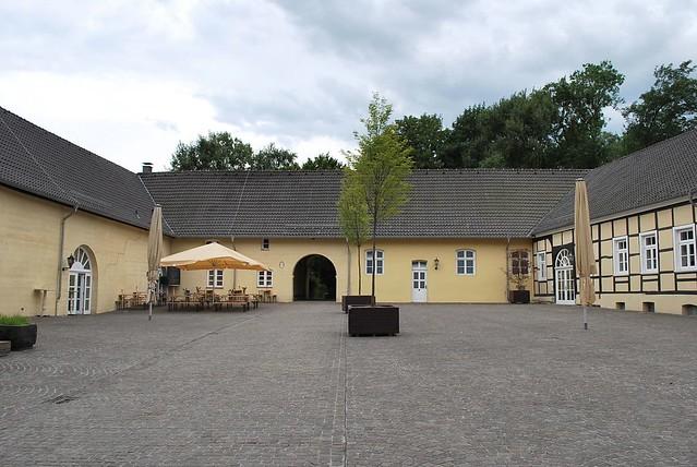Gegenüber vom Schloss Hardenberg