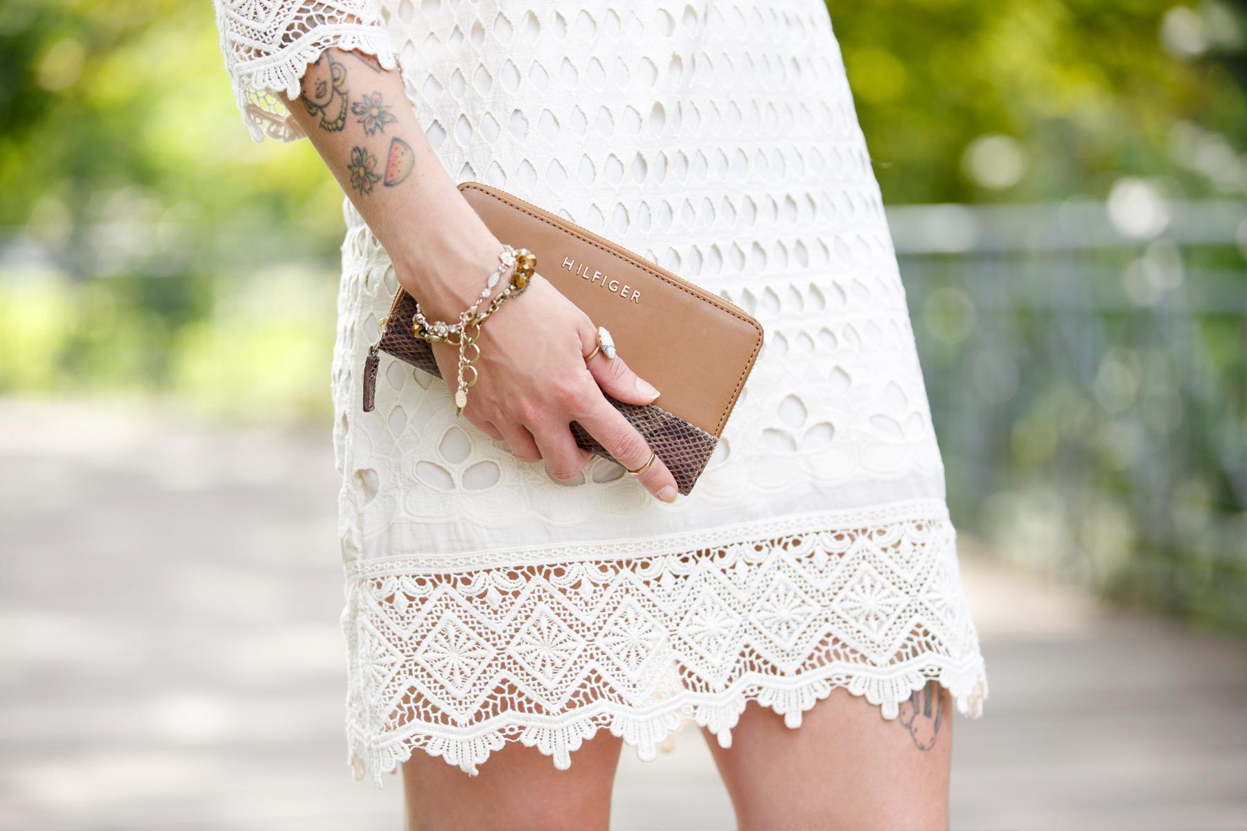 dress-for-less outfit styling white sommerkleid summer look crochet wrangler hilfiger fashion blog germany düsseldorf ricarda schernus cats & dogs 2