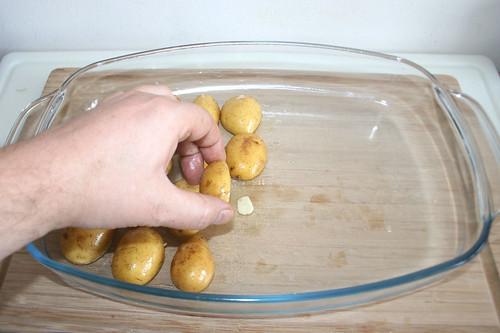 17 - Kartoffeln auf Knoblauchscheiben legen / Put potatoes on garlic slices