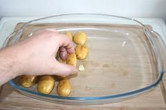 17 - Kartoffeln auf Knoblauchscheiben legen / Put…