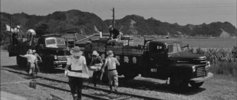 64−貨物列車の到着を待つ天津小湊駅ホームでは鮮魚が