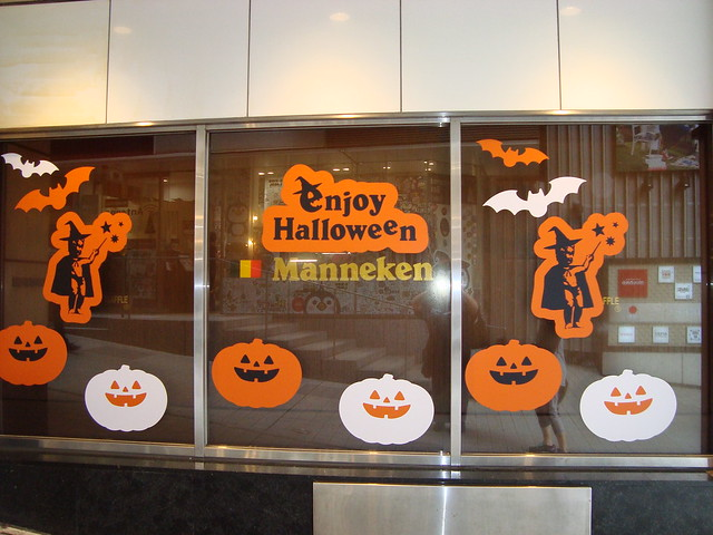Manneken Window Halloween Decor