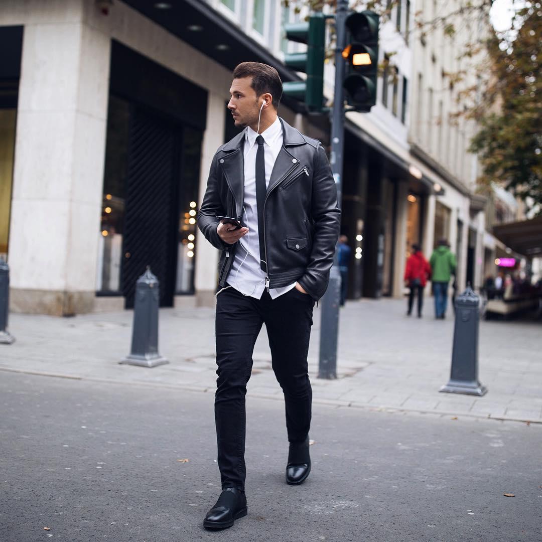 黒ダブルライダース×白シャツ×黒ナロータイ×黒パンツ×黒ブーツ
