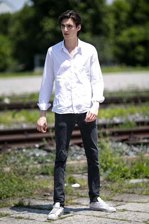 白シャツ×ブラックジーンズ×白ローカットスニーカー