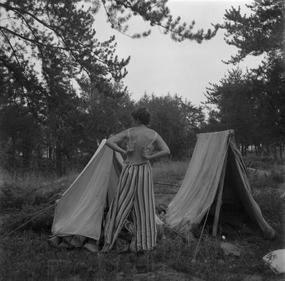 Anna Brown getting dressed at a campsite, [vicinity of Qu'Appelle Valley, Saskatchewan?] / Anna Brown en train de s'habiller sur un site de camping dans la vallée Qu'Appelle, en Saskatchewan?