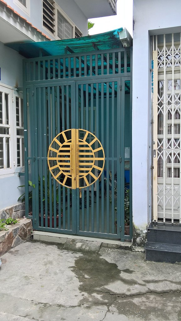 Mẫu cửa sắt hộp pano CK599 giá tại xưởng cơ khí Gia Hưng bao nhiêu một mét vuông?