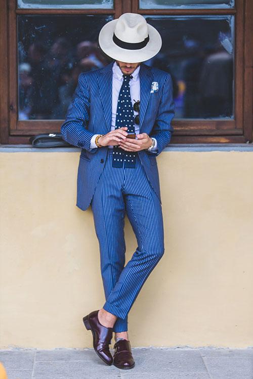 紺白ストライプスーツ×茶ダブルモンクストラップ+パナマ帽