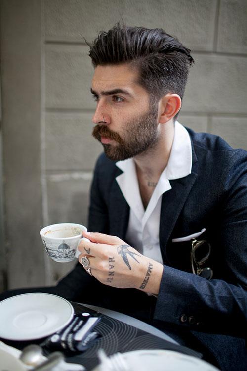 黒テーラードジャケット×白シャツ