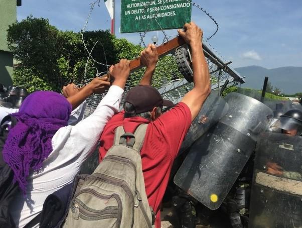 Chocan padres de los 43 con militares en Iguala