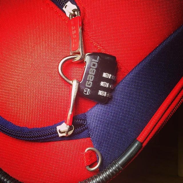 Cuando viajes asegúrate que todos los bolsillos de tu #maleta #luggage #trolley tienen puesto un #candado #lock y si puedes únelos con un #candado Máxima protección viaja feliz pero seguro #keepsafe by #thebackpack #outletgacela #bolsosazkona #expertsi