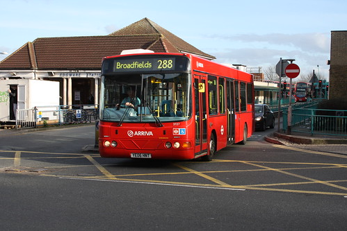 Arriva The Shires 3727 YE06HNT