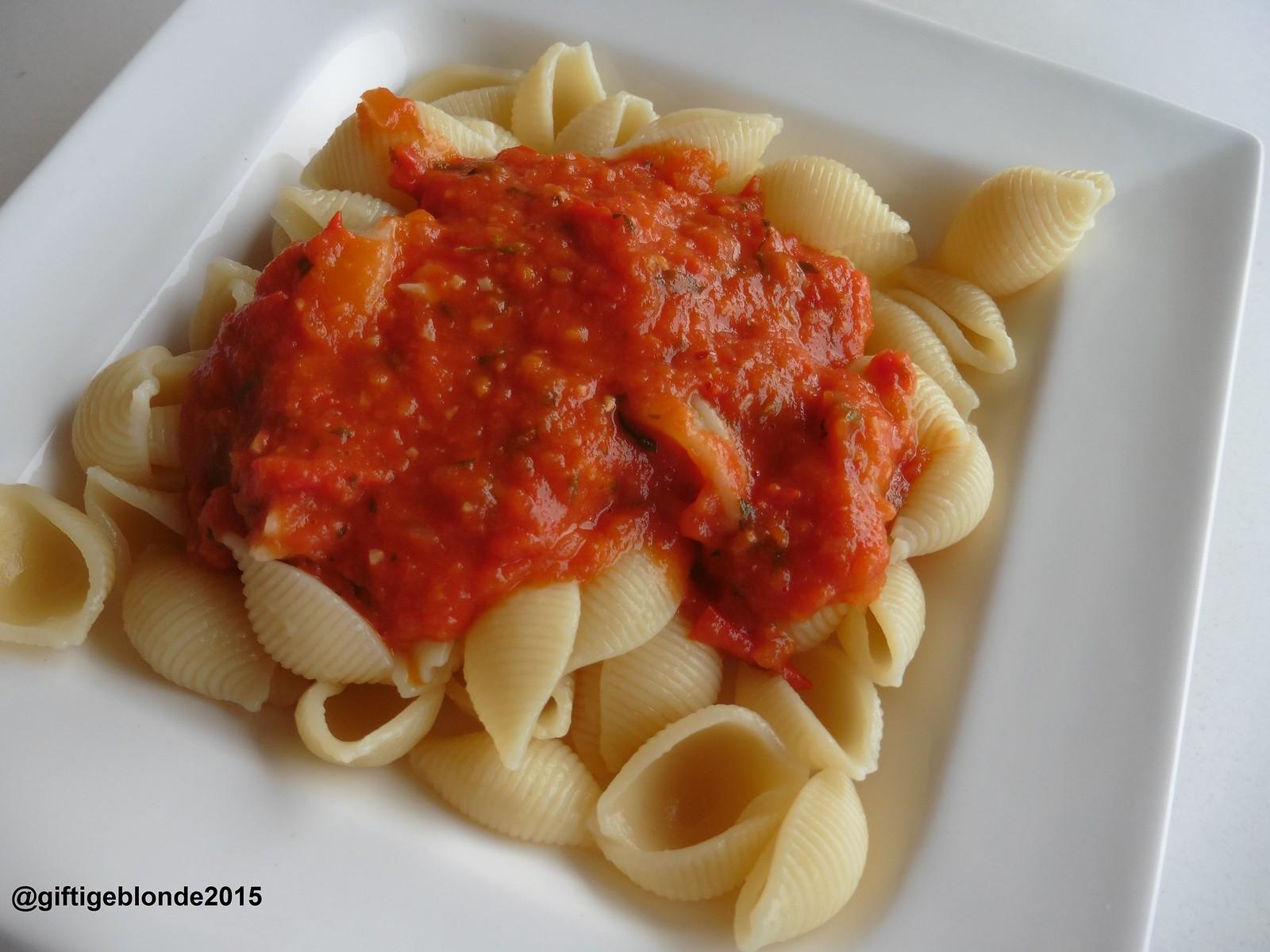 Pasta mit Sauce aus eigenen Paradeisern - einfach, und super gut