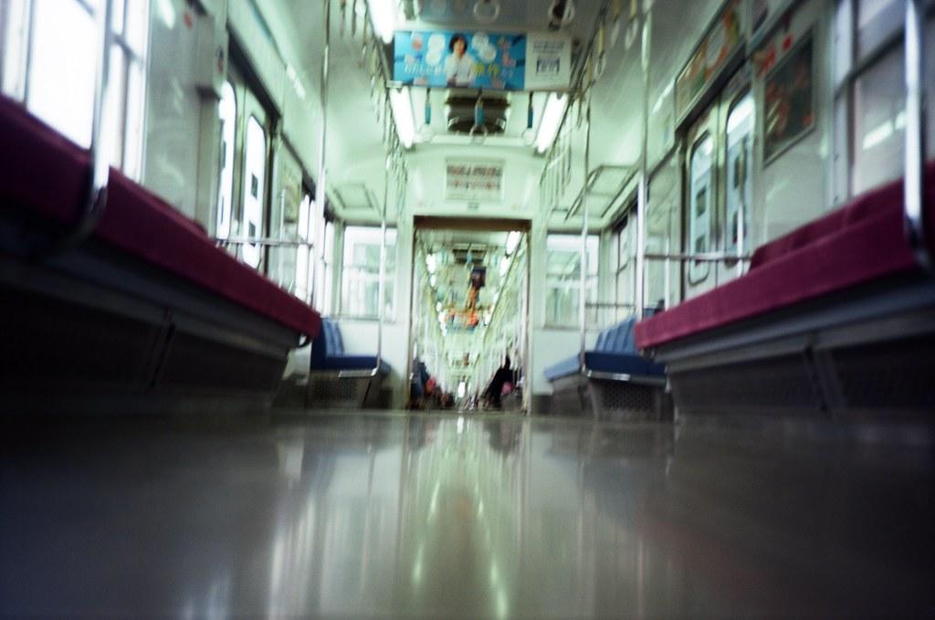 太宰府天滿宮 福岡, Japan / Kodak Pro Ektar / Lomo LC-A+ 前往太宰府天滿宮的路上,電車搖搖晃晃,在二日市轉車前往太宰府。  車廂沒什麼人,拍一張放在地上的,但,忘記車子會搖,糊糊的。  Lomo LC-A+ Kodak Pro Ektar 100 4894-0006 2016-09-29 Photo by Toomore