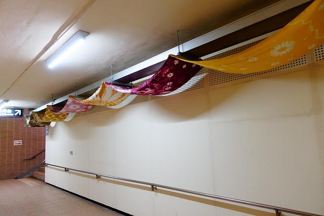 鳳林車站裡的地下道,放了許多手染花布當裝飾 (Photo by LilyGloria)