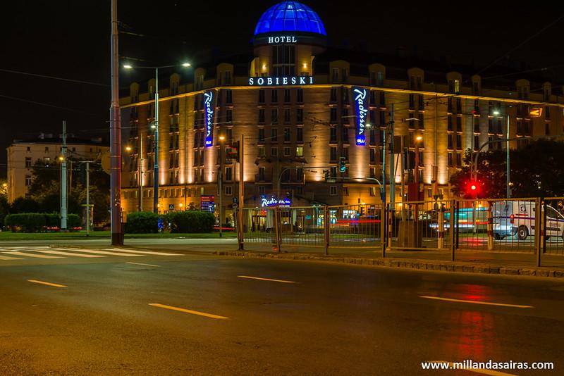 No, este no es nuestro hotel... aunque estamos justo enfrente! (Plaza Zawiszy)