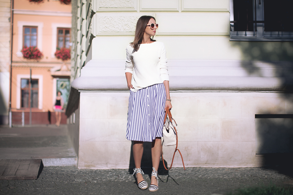 how-to-wear-a-midi-skirt-with-flats-outfit-street-style