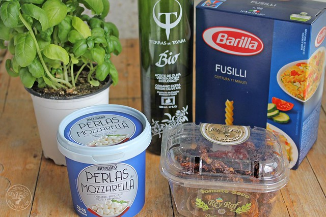 Fusilli con mozarella, tomate seco y albahaca www.cocinandoentreolivos.com (9)
