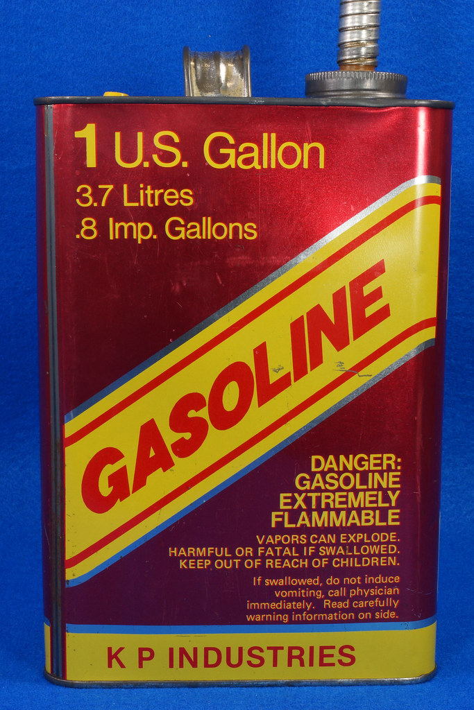 RD14421 Vintage K P Industries 1 Gallon Vented Metal Gasoline Can with Original Flexible Metal Spout DSC07997