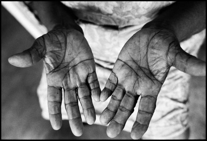 Mãos da artesã Maria Amélia