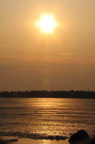 tähtiaurinko suomi finland aurinko sun ilta evening sunset heijastus reflection keltainen yellow jää ice maisemat landscape