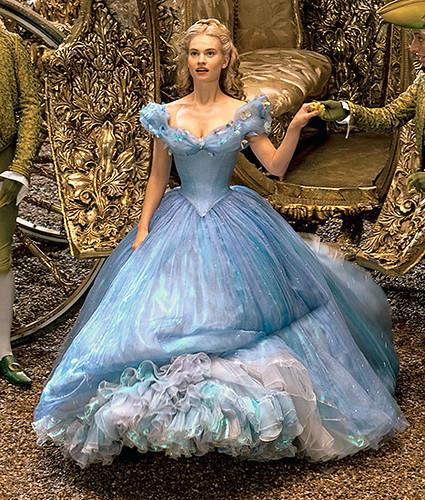映画「シンデレラ」ドレスの値段(白・青)結婚式で借りれる