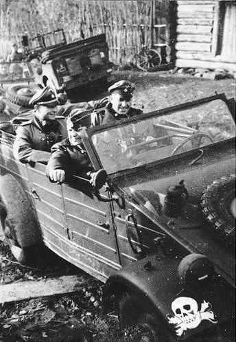 Kübelwagen besetzt мит Soldaten der Waffen-SS-Division