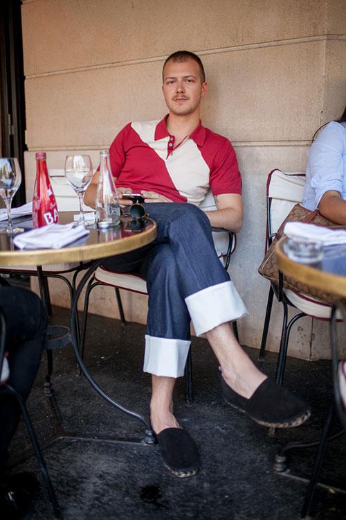 赤・ベージュバイカラーポロシャツ×紺パンツ×黒エスパドリーユ
