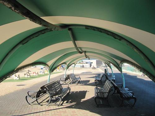 中山競馬場の中途半端な屋根のついたベンチ