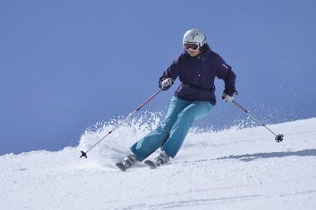 Zánovní lyže z bazaru stojí o 80 % méně než nové