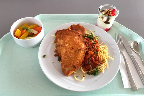 "Turkey steak ""picatta milanese"" with noodles in tomato sauce / Putensteak ""Picatta Milanese"" mit Nudeln in Tomatensauce"