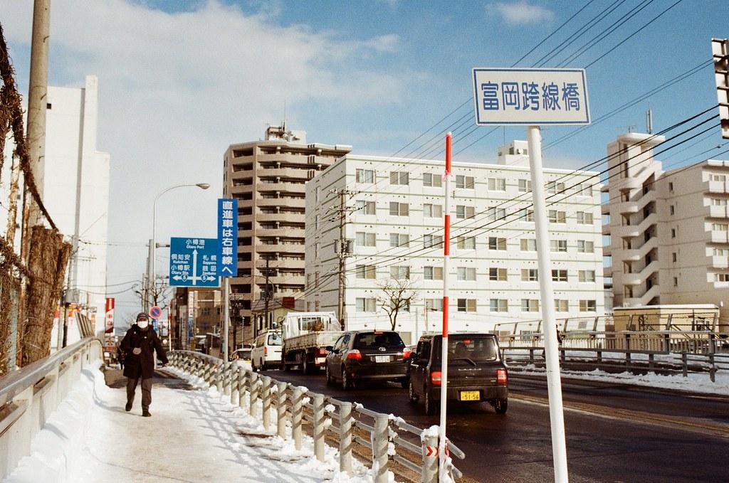 小樽 Otaru, Japan / Kodak ColorPlus / Nikon FM2 往這個方向先去小樽港、運河的地方,一路上看到部份的雪融化了,馬路上就細細的小水道匯流。但路面還是一樣很滑。  融雪的時候會變冷。  Nikon FM2 Nikon AI AF Nikkor 35mm F/2D Kodak ColorPlus ISO200 8269-0038 2016-02-02 Photo by Toomore