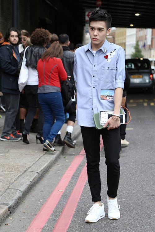 ライトブルーワークシャツ×黒スキニー×NIKEエアマックス1 ウルトラモアレ全白