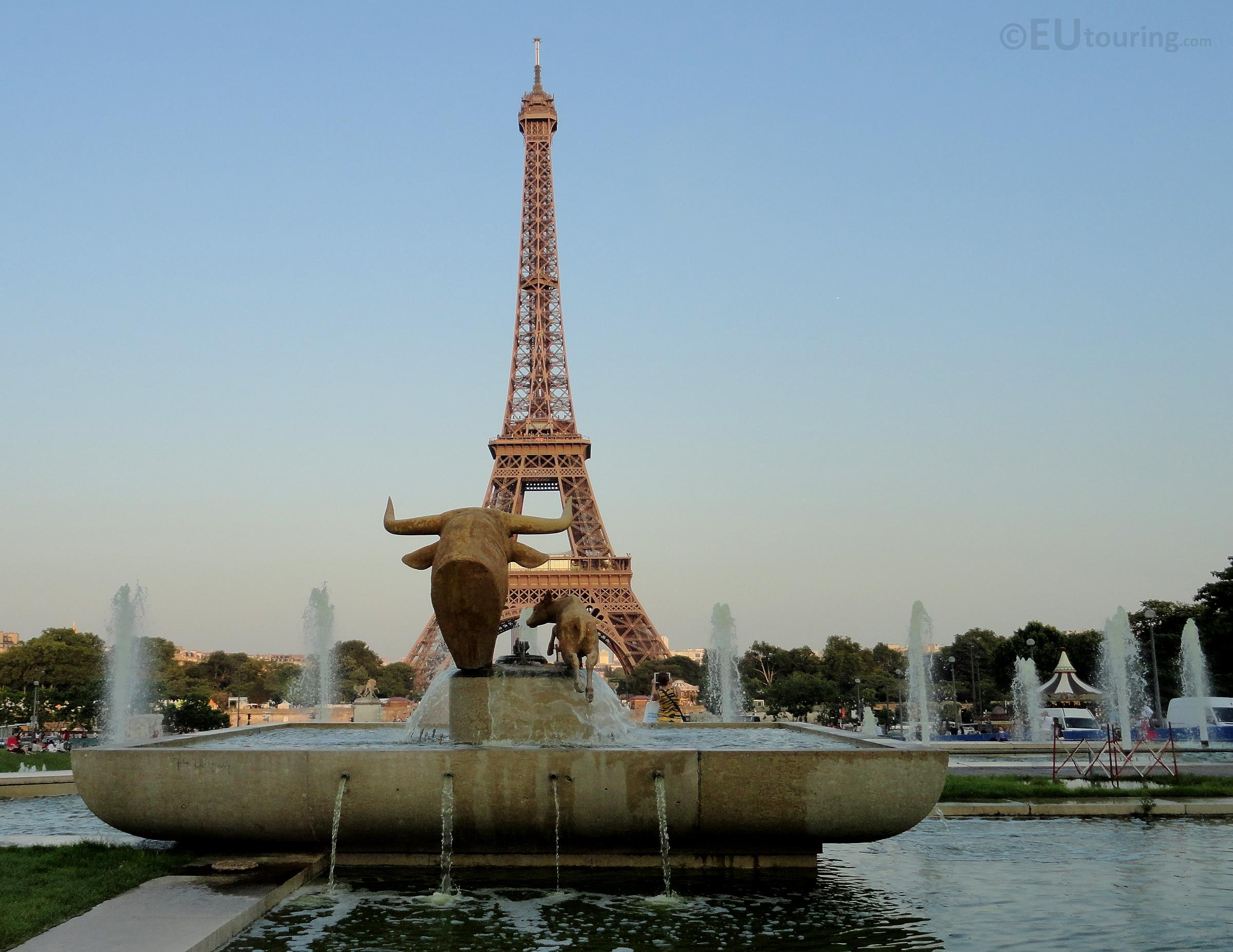 Statues facing the Eiffel Tower