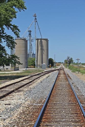 grainelevators tracks railroadtracks colesillinois illinoiscentralrailroad canadiannational cnontheformerillinoiscentral illinois