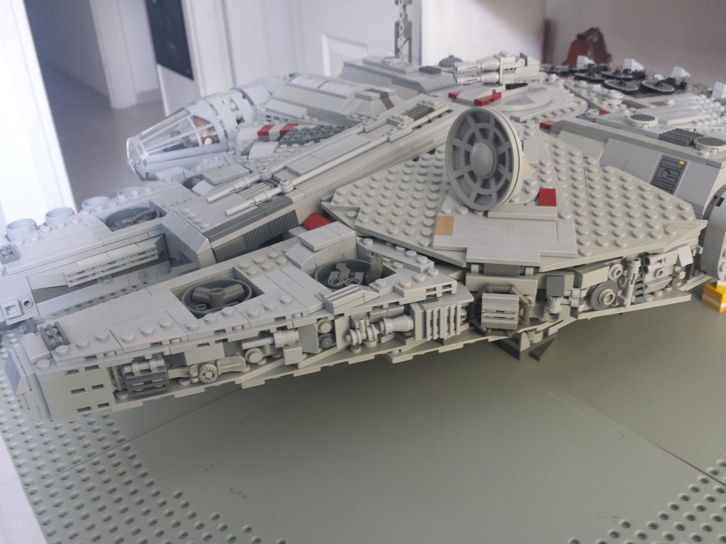 Lego Millennium Falcon right 3