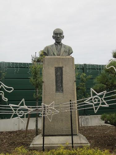 中山競馬場の肥田金一郎像