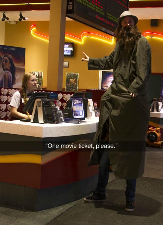 imagen graciosa de hombres entrando al cine