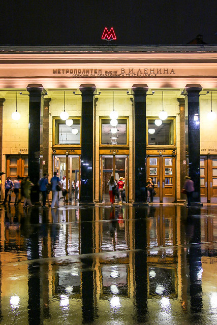 Entrance of Ploshchad Revolyutsii metro station at night, Moscow, Russia モスクワ、地下鉄プローシャチ・レヴォリューツィ駅入口
