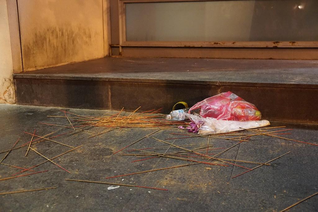 抗爭工人在匆忙中被排除逮捕,現場還留有靈堂供奉用的香。(攝影:王顥中)