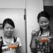 Anna y Hisae comiendo salmorejo