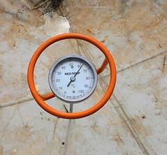 通常濕度維持在50~70度,中心溫度如達到70度就一定要翻動,以避免好的細菌相被高溫殺死。攝影:林貞妤。