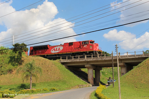 Trem de carga passando em frente à Vinícola Góes