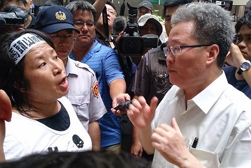 自救會會長與副市長陳金德協調,要親自交陳情書給陳菊。李育琴攝