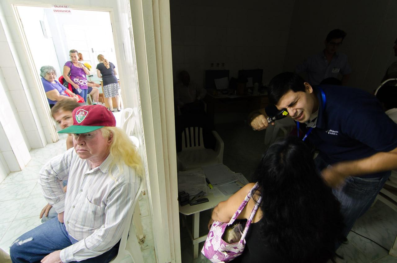 A pesar de los cortes de energía eléctrica en Acahay, que dejaban las salas de consulta a oscuras, los voluntarios de Fundación Visión continuaban con sus trabajos de la mejor manera posible. (Elton Núñez)