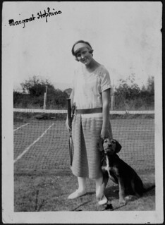 Margaret Hopkins with a tennis racket and a dog / Margaret Hopkins avec une raquette de tennis et un chien