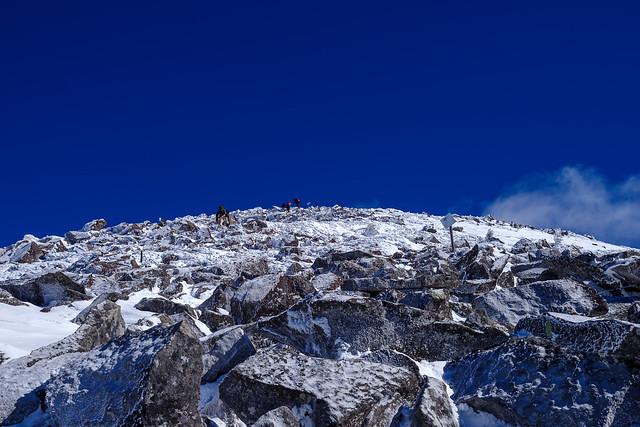 編笠山へ・・・凍てついた岩石帯と吸い込まれそうな紺碧の空