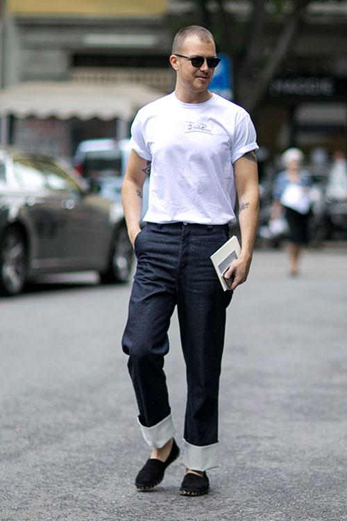 白Tシャツ×紺リネンパンツ×黒エスパドリーユ