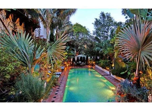 Бассейн и тропический оазис на заднем дворе дома